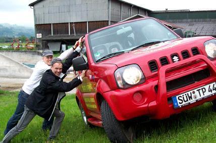 Per Jeep erkundeten Zahntechniker und Zahnärzte die Region rund um den Bodensee. Dabei war immer wieder Teamwork gefragt