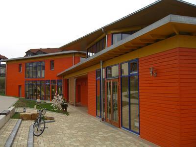 Effektvoll: Holzfertighaus-Fassaden lassen sich in 1001 Farben tönen. DHV-Mitgliedsunternehmen beherrschen die Kunst, Gebäude aller Größen stilsicher zu gestalten. Foto: Enßlin/DHV, Ostfildern; http://www.d-h-v.de