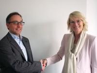Frauke Riegelsberger-Ganglmeier vom Kinderschutzbund Regensburg freut sich über die Spende von Bertrandt (links: Ralf Schönen, Geschäftsführer Bertrandt Regensburg)