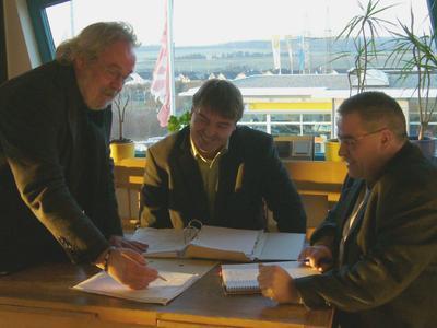 Ulrich Brink,  Bernd Hammes (beide HwK Koblenz) und Peter Mumbacher, v.l. stimmen sich über die Eckdaten einer zukünftigen Aus- und Weiterbildungsakademie in Simmern ab