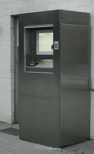 Damit die Technik geschützt untergebracht ist, verfügt der PRAXIS-Wiegecounter über einen integrierten Rollladen mit manueller oder automatischer Öffnung sowie Öffnung über PIN. Der Fahrer identifiziert sich je nach Wunsch oder Auftrag über Barcode, PIN oder KFZ-Nummer.