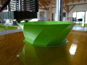 Das Objekt wird im FDM-Verfahren schichtweise aufgebaut. Auflösung und Geschwindigkeit können dabei je nach Produktionsanforderungen angepasst werden. Die Heizplatte am Boden hält das Werkstück sicher an seinem Platz (Quelle: PICCO's 3D World)