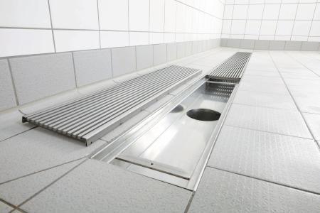 Als größte Variante von Innenraum-Entwässerungssystemen bietet die Firma Richard Brink Industrie- und Küchenrinnen zum Einsatz in Gemeinschaftsduschen, Großküchen und   Industriebereichen an.