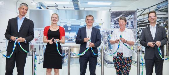 """Die offizielle Eröffnung der neuen Umicore-Produktionsanlage erfolgte durch einen traditionellen """"Ribbon Cut"""" von Bundesministerin Barbara Hendricks (2.v.r.) und Umicore-Mitarbeitern"""
