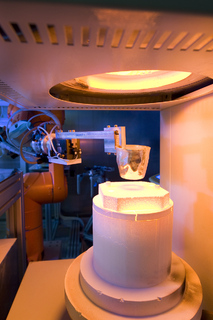 Die neu entwickelte, weltweit einzigartige Anlage zum schnellen Screening unterschiedlicher Glaszusammensetzungen am Fraunhofer ISC