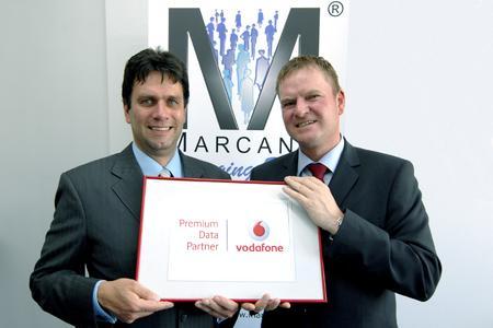 """Gute Partnerschaft: Jochen Bruns, Partner Account Manager bei Vodafone, überreicht Thorsten Hojas, Geschäftsführer der MarcanT GmbH, die Auszeichnung """"Premium Data Partner""""."""