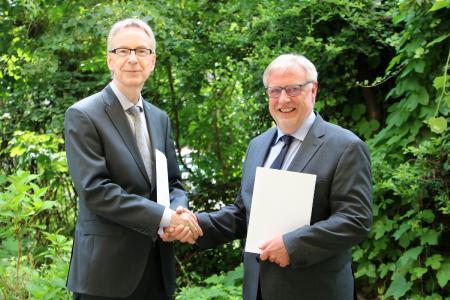 Schaffen Angebot für leistungsstarke Schülerinnen und Schüler: Joachim Kreter (r.), Leiter der BBS Handel, und Prof. Dr. Johannes Wolf, Kanzler der HFH