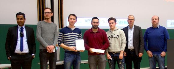 Prof. Dr. Arun Nagarajah (li.) von der Universität Duisburg-Essen, mit den Finalisten Jonas Focken (Platz 1), Pascal Przemus (Platz 2), Serkan Deniz (Platz 3) und Markus Schmitz (Platz 4) sowie Vertretern der Sponsoren. Foto: Patrick Brüns
