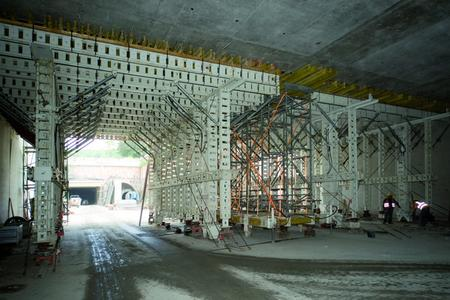 Cut-and-cover tunnel construction west: the NOEtec formwork carriages must allow site vehicles to pass through them to service the rest of the site. Formwork supported by loadbearing towers fills the gap in the area of the road alignment shift.
