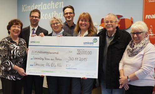 Umicore-Vorstand Dr. Bernhard Fuchs (2. von links) übergibt den Spendenscheck in Höhe von 22.000 Euro an die Hanauer Vereine Albert-Schweitzer-Kinderdorf, Sterntaler und Freunde und Förderer Lamboy-Tümpelgarten