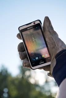 Nautiz-X1-IP67-rugged-smartphone_glove.jpg