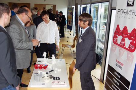 Die Teilnehmer informierten sich bei den Fachausstellern, hier Formrise GmbH, Töging (Foto: Hochschule Landshut)