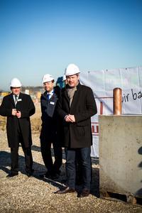 Thomas Glashauser (rechts), 1. Bürgermeister der Gemeinde Aschheim, hieß die neuen Wahl-Münchner der noris network AG bei der Grundsteinlegung persönlich willkommen / Bildquelle: MOKATI Fotos und Film OHG