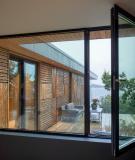 Die kleinere der beiden an das OG angrenzenden Terrassen ist nach Süden ausgerichtet. Neben den Schiebetüren sorgen vielerorts Fenster für sommerliche Durchlüftungmöglichkeiten (Schüco AWS 70.HI). (Sindre Ellingsen, Sandnes (NO))