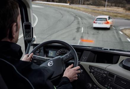 Per Kamera und Radar überwacht das System vorausfahrende Fahrzeuge. Bei drohender Kollisionsgefahr wird der Fahrer mit mehrstufigen Licht- und Tonsignalen gewarnt