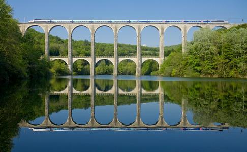 TGV sur le Viaduc Cize-Bolozon, ©davidgubler, fotolia