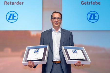 """Doppelsieg in Serie: Dietmar Mayer, Director Market Management der Produktlinie Van- und Lkw-Antriebstechnik, bei der Preisverleihung in Stuttgart am 26. Juni. Der Konzern gewann bei den diesjährigen """"ETM Awards"""" zum wiederholten Mal die Kategorien """"Nutzfahrzeuggetriebe"""" und """"Retarder"""" / Bild: ZF"""