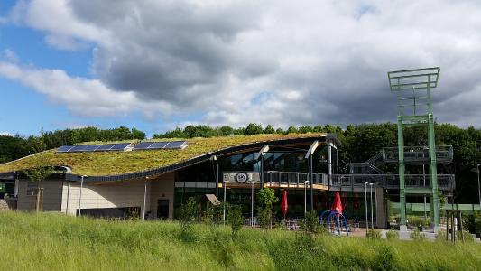"""The motorway service station on the A40 near Bochum Is very impressive with its creative roof with its """"Green Wave"""" / Source: GRÜN+DACH / ZinCo"""