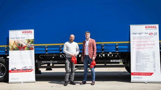 Marian Paun, Technischer Leiter und Alex Paun, Geschäftsführer bei Blue River Bukarest 78 SRL empfangen 30 Kögel Light Plus