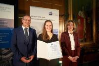 Die zfh-Preisträgerin absolvierte das Fernstudium MBA Logistik - Management & Consulting mit hervorragendem Abschluss, Foto: Hochschule Koblenz/Frey