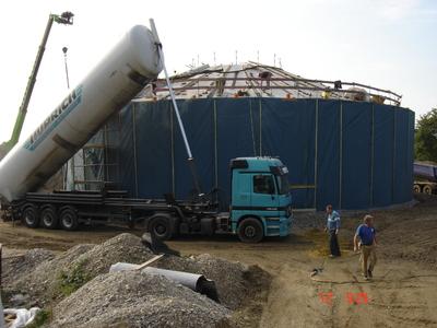 Der Einblasvorgang zum Dämmen des Wärmespeichers in München wird vorbereitet.