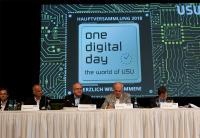 """""""Hauptversammlung der USU Software AG. Von links nach rechts: Die Vorstände Dr. Benjamin Strehl, Bernhard Böhler, Bernhard Oberschmidt sowie Udo Strehl (Aufsichtsratsvorsitzender) und Dr. Rainer Laux (Notar)"""""""
