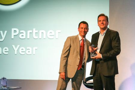 Marco Föllmer, Geschäftsführer der EBF GmbH, nimmt den Mobility Partner of the Year Award in Barcelona von Steve Brazier, Präsident und CEO von Canalys, entgegen