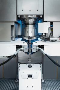 Die Finish-Bearbeitung wurde auf VTC 315 DS-Maschinen realisiert. Zum Einsatz kommen zwei Schleifscheiben, die simultan die Nockenwellen bearbeiten