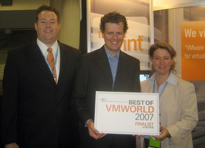 ThinPrint gewinnt den Best of VMworld Finalist Award. Es freuen sich die ThinPrint-Mitarbeiter Chad Hanobik, Sales Director NA,  Henning Volkmer, Chief Operation Officer ThinPrint, Inc. und Charlotte Künzell, General Manager Consulting/Support.