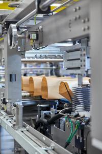 Neben der Verarbeitung eher gängiger Packs wie Wraparound, Tray, Pad und Folie kann die Kombimaschine Innopack Kisters WSPP A zusätzlich Dosengebinde in Papier einschlagen.