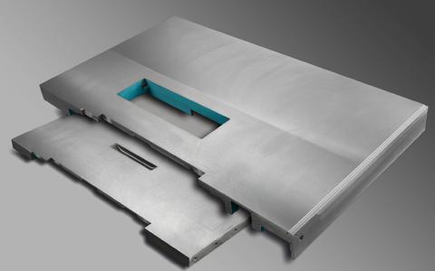 """Matthias Tauschek, technischer Betriebsleiter der Otto Martin Maschinenbau GmbH & Co. KG: """"Die Tischplatten sind ein Qualitätsmerkmal unserer Formatkreissägen."""""""