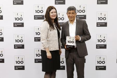 Der aus dem Fernsehen bekannte Wissenschaftsjournalist und Mentor von TOP 100, Ranga Yogeshwar, überreichte den Innovationspreis an die Vertreterin der Firma Sesotec, Julia Mitterdorfer. (Foto: Top100)
