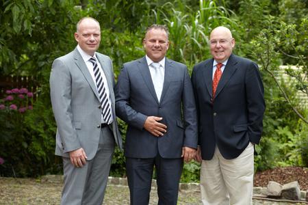 Mit dem Kauf der entrada Kommunikations GmbH festigt die Westcon Group ihre Position als einer der größten Security-Distributoren in Europa. Im Bild: Willem J. H. de Haan, Vice President Westcon Group Europe (Mitte), sowie die entrada-Geschäftsführer Robert Jung (links) und Ingolf Hahn (rechts).