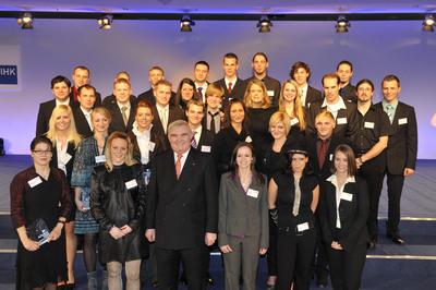 In Berlin ausgezeichnete Top-Absolventen aus Baden-Württemberg mit DIHK-Präsident Hans Heinrich Driftman - mit dabei waren auch sechs Azubis aus Heilbronn-Franken (Foto: Jens Schicke)