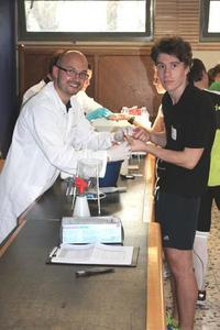 Athlet bei der Blutabnahme zur Messung des Muskel-Biomarkers. © Hohenstein Institute