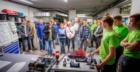 Zahlreiche Jugendliche und ihre Eltern nutzen beim W&H Lehrlingstag u.a. die Gelegenheit, den Beruf des Mechatronikers kennen zu lernen / Foto: © W&H