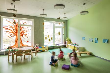 Jeder Gruppenraum hat ein individuelles Pastellgrün, passend zum Bodenbelag (Foto: Caparol Farben Lacke Bautenschutz/Martin Duckek)