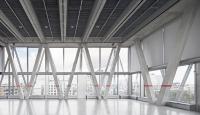 Die Netzstruktur aus Beton findet ihr Pendant als Verdopplung in einer filigranen, netzartigen Fassadenkonstruktion aus Stahlprofilen / Foto: Yasu Kojima