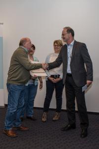 Auf dem Foto bedankt sich Karl Ackermann vom Orga-Team des Solilaufs (links) bedankt sich bei Dieter Leinen, Vorstand eurodata AG (rechts)