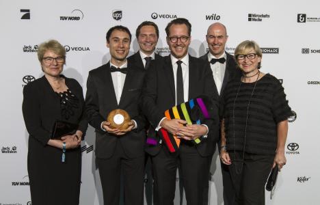 Bei den GreenTec Awards 2018 wurden in insgesamt zwölf Kategorien die weltweit besten Projekte ausgezeichnet, die sich für Umwelt- und Ressourcenschutz engagieren und einen nachhaltigen Lebensstil alltagstauglich machen. Die DAW gewann in der Kategorie Bauen & Wohnen mit dem Leindotter-Projekt. Den Preis nahmen die Mitarbeiter (von links) Bettina Klump-Bickert, Projektleiter Dr. Aaron Breivogel, Dr. Christoph Hahner, Caparol-Geschäftsführer Dr. Tony Horneff, Dr. Stephan Ottens und Karin Laberenz am 13. Mai in München entgegen, Fotograf Karim Donath, Data Moda GmbH