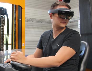 Mit Datenbrille ans Steuer: Erweiterte Realität soll Staplerfahrern die Arbeit erleichtern. (Quelle: IPH)