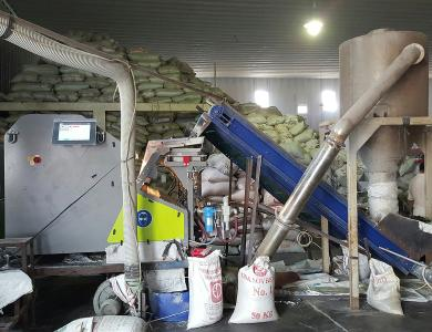 At PT. Rejeki Adigraha Sesotec's FLAKE PURIFIER multi-sorting-system (left side in the picture) is used for the separation of PVC in plastics processing