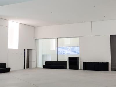 Die fertige Akustik-Kühldecke in einem der vier Eingangsbereiche. (Foto: Lahnau Akustik)