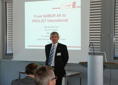 Bild 2: Von der Vision zur Realität. Key Note Speaker: Dr. Norbert Kuschnerus, Vorstandsvorsitzender der NAMUR, erläutert die Entstehungsgeschichte von PROLIST.