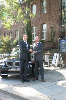 Professor Günther Prokop (links im Bild), bei der Übernahme des Schlüssels von Herrn Frank Klapproth
