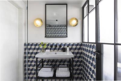 Hochwertige Türbeschläge in der Farbe Kosmos Schwarz vervollständigen das stilvolle Ambiente im Boutique Hotel Kimpton de Witt Amsterdam.