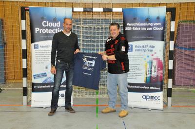 Mathias Horn (rechts), Director Operations & Projects bei apsec, und TVG-Handball-Abteilungsleiter Holger Zindt machen gemeinsame Sache für den sportlichen Erfolg.