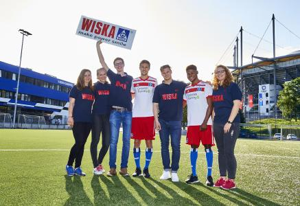 The young talents at HSV and WISKA look forward to their continued collaboration: Monja Blödorn, Yessica Flohr, Benedict Rüter, Matti Steinmann, Marvin Rühsen, Moritz-Broni Kwarteng and Leah Schmidt near HSV's stadium (from left to right)