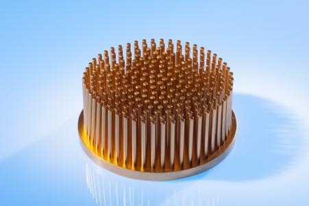 Die Bodenplatte der Stift-Rippen-Kühlkörper aus dem Produktsortiment von CTX Thermal Solutions wird kaltfließgepresst und besteht aus reinem Kupfer