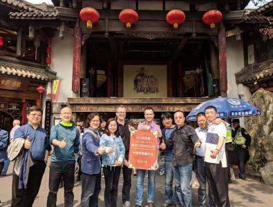 Esders-Händlertreffen in Chengdu: Christian Bernert (Mitte links), der von Haselünne aus das China-Geschäft der Esders GmbH betreut, und Martin Esders (Mitte rechts), Geschäftsführer Vertrieb und Marketing, mit Vertriebspartnern. Jeder Partner deckt bis zu fünf Provinzen der Volksrepublik China ab.